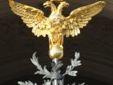 Двуглавый орёл на воротах дворца.