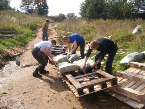 Костромские школьники строят мост из бутылок - Александр Владимирович Серолапкин