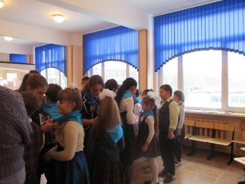 Старшеклассники-кураторы передают свои символы малышам - Средняя школа № 23 с углублённым изучением финского языка