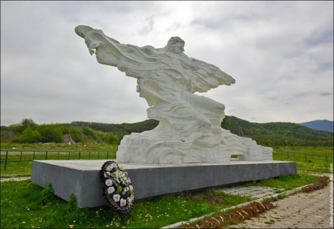Памятник погибщим при сходе ледника КОЛКА .КАРМАДОН,