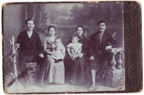Мои прабабушка, прадед и бабушка ( справа)